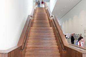 Dunkler Terrazzo, Nussholz, Tageslicht: die Haupttreppe zur Ausstellung