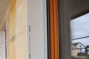 Geprüfte Komplettsysteme für den wind- und schlagregendichten Fensteranschluss bei WDVS bestehen aus den holzfaserbasierten Komponenten Laibungsplatte, Keilplatte und bei Bedarf Raffstore- oder Rollladenkasten, ergänzt durch ein Fensteranschlussprofil, Dichtkleber, Fensterbankdichtband und -Ecke sowie Bordprofil oder Kunststoffwinkel