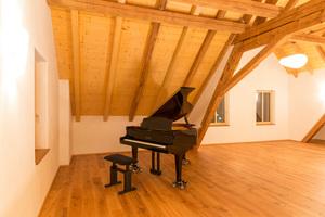Der ausgebaute Dachraum wird temporär für Kulturveranstaltungen genutzt. Dank Holzfaserdämmung an den Wänden wird er bei Bedarf schnell behaglich warm