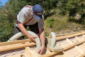 Die sorptionsfähige Einblasdämmung aus Holzfasern kann Feuchtigkeit temporär speichern und in Kopmbination mit diffusionsoffenen Unterdeckplatten geregelt wieder abgeben