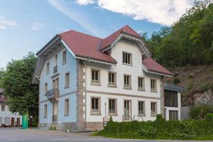 Die Fassade des Gesundheitszentrums Witvital in Witznau mit Naturstein an Sockel, Hauskanten und Fensterlaibungen erforderte eine Innendämmung.