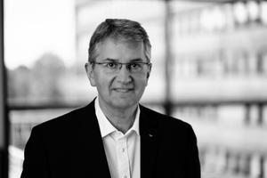 Hans-Walter Bielefeld studierte Maschinenbau an der TU Braunschweig und ist Leiter der Vorentwicklung/Bauphysik bei der Schüco International KG in Bielefeld. In mehreren Entwicklungs- und Forschungsprojekten beschäftigte er sich mit dem Thema Akustik bei Fenster- und Fassadenelementen.www.schueco.de/akustik