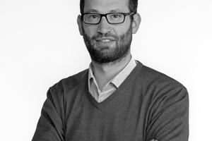 Dr. Francesco Frontini: Professor für innovative Technologien und nachhaltige Architektur an der Scuola universitaria professionale della Svizzera italiana (SUPSI) in der Schweiz. Er ist dort Leiter des Bausektors und des schweizerischen BiPV-Kompetenzzentrums. Francesco Frontini hat einen Abschluss in Bauingenieurwesen und Architektur am Politecnico di Milano. 2009 promovierte er im Fachbereich Gebäudetechnik und entwickelte gemeinsam mit verschiedenen Herstellern eine neue multifunktionale BiPV-Fassade für den Sonnen- und Blendschutz. Er war vier Jahre als wissenschaftlicher Mitarbeiter in der Gruppe Solare Fassaden am Fraunhofer-Institut für Solare Energiesysteme in Deutschland tätig und sammelte dort umfangreiche Erfahrungen in der Gebäudesimulation und in der gebäudeintegrierten Photovoltaik (BiPV)-Lösung. Francesco Frontini ist Mitglied von Normungsgremien, die derzeit einen neuen internationalen BiPV-Standard entwickeln. Er ist Autor verschiedener Veröffentlichungen im Bereich Energie in Gebäuden, Tageslicht und gebäudeintegrierte Photovoltaikanlage. www.supsi.ch