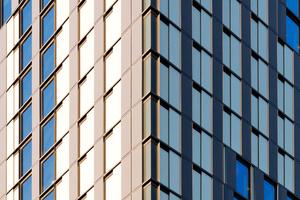 Durch das Schließen der Fassadenpaneele kann der Gast sich vor zu starker Sonneneinstrahlung schützen und damit die Überhitzung seines Zimmers verhindert. Gleichzeitig kann er damit den Raum auf Wunsch zum Schlafen und in der Nacht zu beinahe 100% verdunkeln. Nicht zuletzt bilden die isolierten Schiebeläden neben der zweifach- oder dreifach Isolierverglasung (an der zur Metro orientierten Nordfassade) eine zusätzliche Isolierschicht, die den Wärme-/ Kälteverlust an den Fensterflächen weiter reduziert