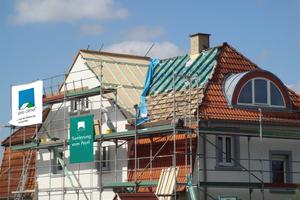 04 Bei der Sanierung von Holzbaukonstruktionen, wie z.B. häufig Dachkonstruktionen, empfiehlt es sich, die Luftdichtung durch neu verbaute Bahnen oder Platten sicher herzustellen. Die Luftdichtheit vorhandener Bauteilschichten (z.B. Bestandsdampfbremsen) ist in der Regel fragwürdig und ggf. nicht mehr ausreichend dauerhaft