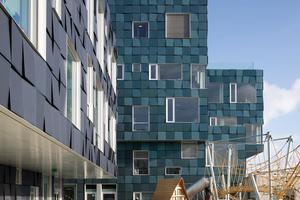 Das Format der Solarpaneele 70 x 70 cm ist sehr praktikabel, dadurch wird die Wartung der Fassade vereinfacht