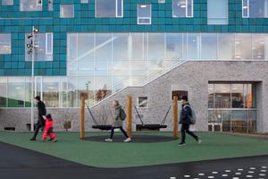 Die Schüler der Copenhagen International School monitoren die Ergebnisse der BiPV-Fassade während ihres Unterrichts