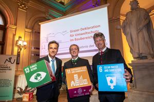 Gemeinsamer Schulterschluss für den Kampf gegen den Klimawandel: Der Grazer Bürgermeister Siegfried Nagl, hier mit SBE19-Organisator Alexander Passer und TU Graz-Rektor Harald Kainz, hat die Deklaration bereits unterzeichnet