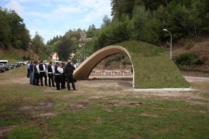 Pavillon mit Gründach (hier simuliert), die Burgruine im Hintergrund
