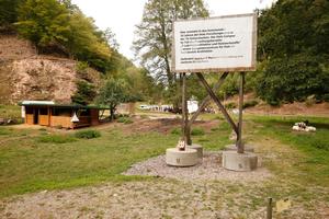 Bauschild am Zukunftscampus ... Hier noch vom Bildautoren mit Text versehen. Im Hintergrund der Pavillon, der den Start weiterer Baumaßnahmen am Holz-Forschungscampus der TU Kaiserslautern hier im Tal markiert