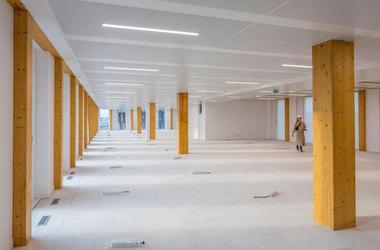 Die Architekten von Baumschlager Eberle und SCAPE achteten nicht nur bei der Materialwahl Holz auf Nachhaltigkeit. Auch die Nutzungsneutralität der Räume zahlt in ihr Konzept eines nachhaltigen Bürogebäudes ein