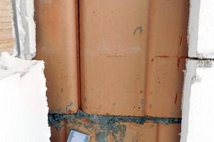 02 Spalt zwischen dem Ziegelmauerwerk der Giebelwand mit unvermörtelten Stoßfugen und der Bekleidung aus Gipsbauplatten