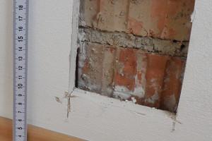 07 Spalt zwischen dem Ziegelmauerwerk der Kommunwand mit unvermörtelten Stoßfugen und der Bekleidung aus Gipsbauplatten
