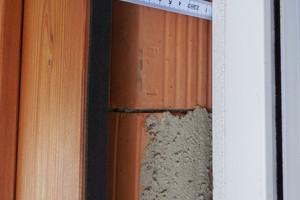 06 Unverputztes Ziegelmauerwerk hinter der Holzschalung