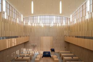 Das spirituelle Zentrum des Gebäudeensembles ist der Synagogenraum im Obergeschoss. Er ist gemäß dem jüdischen<br />Ritus nach Osten gerichtet und wächst aus dem massiven Sockel in die Höhe. Über ihm scheint die flache Kuppel zu schweben