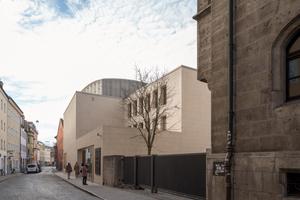 Das Jüdische Gemeindezentrum mit der Synagoge fügt sich harmonisch in die Regensburger Altstadt. Seine Fassaden erhalten ihren besonderen Charakter durch stehend vermauerte Sichtziegel