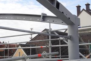 """<irspacing style=""""letter-spacing: -0.01em;"""">Eingerahmt wird die Holzschale durch vier kreisförmig gewalzte Stahlbögen, die an den Ecken in Stahl-Rundrohstützen eingespannt sind. Die 5,50m hohen Stahlstützen lagern auf der Empore und sind zusätzlich am Betonflachdach befestigt</irspacing>"""