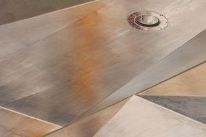 """Die Oberflächenbearbeitung erfolgte nach der """"Jules-Verne-Technik"""", die ein industriell anmutendes Design beschreibt, das an die Anfänge der Industrialisierung erinnert: Die Mechanik der Technik und die Fügung der Elemente bleibt ablesbar, Schrauben sind nicht versenkt, sondern aufgesetzt, auch die Bearbeitungsspuren des Edelstahls bleiben ablesbar"""