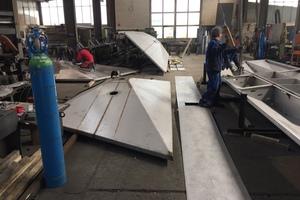 Die einzelnen Dachmodule haben eine Breite von 2,45m und sind unterschiedlich lang. Das maximale Längenmaß von 8,50m ergab sich aus dem Herstellungsprozess, den Transportmöglichkeiten und der Handhabung bei der Montage