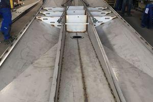 Vorfertigung der Dachelemente im Stahlbau: Die Pyramidenbleche sind innen mit längslaufenden Stegblechen ausgesteift, was die Dicke der Hüllbleche bis auf 8mm reduziert