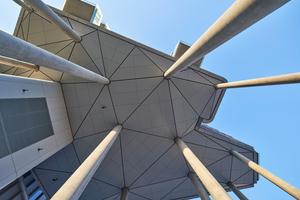 Triangulierte Platten bestimmen die Untersicht der Parkaparments am Belvedere, die die Planer als Echo zur ebenfalls triangulierten Unterkonstruktion der Gartenlandschaft verstehen