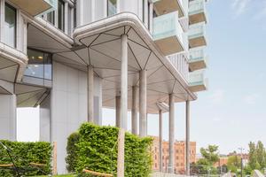 Mit den schwebenden Gebäuden auf Pilotistützen aus Schleuderbeton erhalten die Architekten und Ingenieure Stadtraum und definieren ihn neu. Was die meisten nicht wissen: Die Gartenlandschaft, gestaltet von Landschaftsarchitektur 3:0, wird von einer Holzkonstruktion getragen