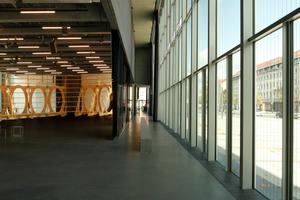 Haus im Haus: die Veranstaltungs- und Ausstellungsfläche unterhalb des eingehängten Ausstellungscontainers<br />