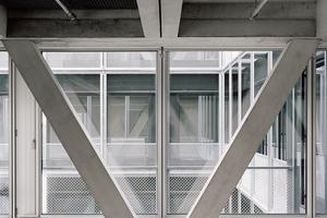 Das Dreieck nimmt sowohl vertikale als auch horizontale Kräfte auf und bildet zusammen mit dem Deckensystem ein stabiles Tragwerk