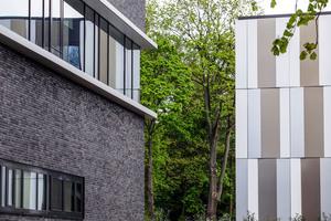 Die Fassade des Küchenhauses mit 1200m² Dallas FS Fassadenklinkern von Hagemeister korrespondiert durch ihren metallischen Schimmer mit der Aluminiumfassade des benachbarten Klinikneubaus