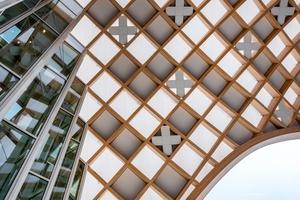 Unterhalb der Dachstruktur zieren Schweizer Kreuze das Hauptquartier von Swatch