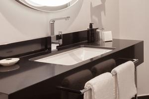 Die Formensprache der Grohe Eurocube Armatur hat die Interior Designer bei der Gestaltung der Bäder im Hotel Elephant, Weimar, überzeugt. Klare Linien harmonieren mit der eleganten Badausstattung, die SilkMove Kartuschen-Technologie erlaubt eine besonders sanfte und präzise Bedienung