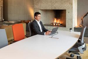 Gäste arbeiten mit Laptop, Tablet und Smartphone, wollen etwas ausdrucken oder eine schnelle Präsentation halten. Immer öfter ziehen deshalb neben den Sitzgruppen auch Konferenztische, Arbeitskojen und ergonomische Bürostühle in die Lobby ein