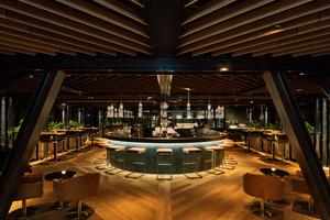 Als Kontrapunkt zum hell gestalteten Restaurant des Erdgeschosses wurden die Wände, Decken und konstruktiven Bauteile der<br />Juniper &amp; Kin Bar im obersten Geschoss<br />dunkel gestaltet
