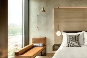 Die gesamten elektrischen Zimmerinstallationen wie die Beleuchtung, die Belüftung oder die Öffnung der Fassadenelemente können individuell durch die Hotelgäste über ein iPad kontrolliert und geregelt werden