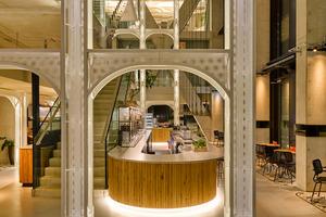 Besucher des QO Amsterdam betreten das Hotel über ein dreigeschossiges Atrium, in dem sich die Bar des Persij Restaurants befindet, an die sich das Restaurant und ein loungeartiger<br />Essbereich anschließen