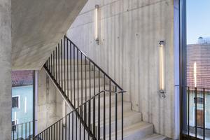 Auf der Hofseite ergänzt ein moderner Stahlbetonanbau das alte Sudhaus. Hier befindet sich neben der Treppe auch die Wirtschaftsräume und die Haustechnik