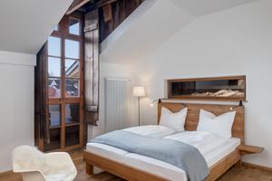 26 Zimmer verschiedener Kategorien verteilen sich im Gebäude. Komforteinzelzimmer in den ehemaligen Kammern der Brauburschen, klassische Gästezimmer und eine zweigeschossige Suite im alten Turm der ehemaligen Malzdarre bieten modernen Komfort mit Verweisen auf das Alter des Gebäudes