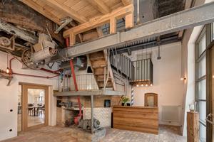 Schon das Entree charakterisiert, ausgestattet mit den Brauutensilien, die Geschichte des Hauses. Der Ziegelboden stammt aus den Abbruchsteinen der Anbauten
