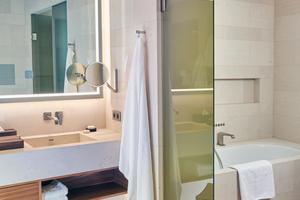 Gerade im Hotel muss die Badausstattung den hohen Anforderungen des Gastes und des Hotels gerecht werden. Der beleuchtete Kosmetikspiegel ist ein wichtiges Utensil für die Schönheitspflege und der Hocker mit hölzerner Sitzfläche lädt zum Verweilen ein. Designstarke Accessoires runden die Badgestaltung ab