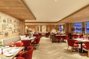 Die flächige Beleuchtung auf Wänden, Tischen und Boden im Restaurant des Hotel Austria wird ergänzt durch akzentuierende punktuelle Anstrahlungen, die eine ausgewogene Lichtatmosphäre erzeugen