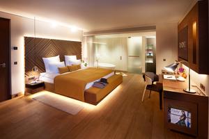 Im Hotel Beyond, München, schafft indirektes Licht Atmosphäre am Abend und Klarheit am Tag