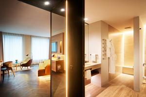 Das indirekte linienförmige Licht sorgt für einen guten Raumeindruck, direktes Licht aus deckenintegrierten Strahlern im Badschafft gute Sehbedingungen und Brillanz