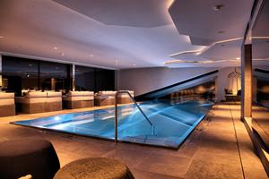 Der Wellnessbereich im Arthotel Elisabeth, Ischgl, entfaltet durch seine akzentuierte Beleuchtung eine besondere Außenwirkung in der Nacht