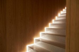 Licht ist in die Architektur integriert, hier ein Treppenlauf im Hotel Beyond. Das Streiflicht sorgt für Sicherheit beim Begehen der Treppe