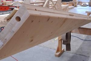 Die Brettschichtholzplatten nehmen während des industriellen Trocknungsprozesses die vorausberechnete Krümmung an