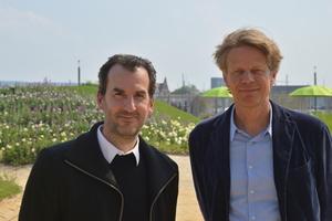 """Achim Menges ist Architekt in Frankfurt und Professor an der Universität Stuttgart. Dort leitet er das von ihm neu gegründete Institut für Computerbasiertes Entwerfen und Baufertigung (ICD) und das Exzellenzcluster """"Integrative Computational Design and Construction for Architecture"""" (IntCDC). www.icd.uni-stuttgart.deJan Knippers ist Professor an der Universität Stuttgart. Dort leitet er seit 2000 das Institut für Tragkonstruktionen und Konstruktives Entwerfen (ITKE) und ist seit 2019 stellvertretender Sprecher des DFG Exzellenzclusters """"Integrative Computational Design and Construction for Architecture"""" (IntCDC). www.itke.uni-stuttgart.de"""