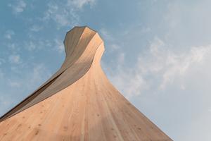 Die Krümmung erlaubt eine sehr schlanke und leichte Turmstruktur von nur gut 38 kg/m² Turmoberfläche