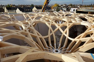 Ein Blick von oben in die Holzkonstruktion zeigt die perfekte Fügung der einzelnen Elemente, die mit Hilfe eines parametrischen Digitalmodells präzise vorgefertigt wurden