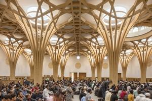Die Gebetshalle hat eine Fläche von 2340m² und bietet Platz für 1000 Gläubige. Die markante Holzkonstruktion aus 16 Baumstützen prägt diesen Sakralraum