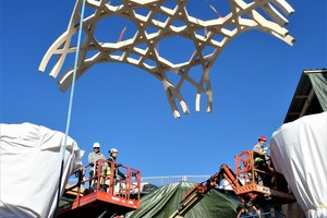 Die verflochtenen Flächengewölbe wurden aus 70 bis 80 einzelnen Holzteilen vor Ort auf dem Boden zusammengesetzt und verschraubt, bevor sie mit einem Kran zum Einbauort gehoben wurden